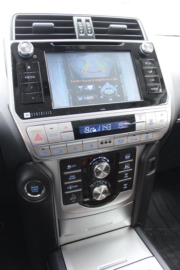 OVERSIKTLIG: De avanserte kjøresystemene i Land Cruiser betjenes med knapper og hjul på midtkonsollen.