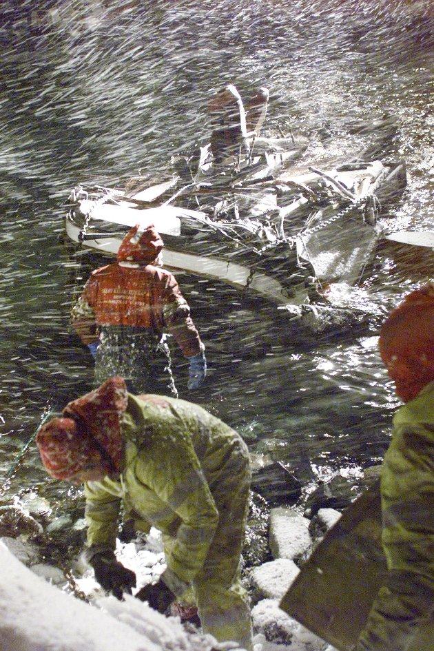 FOTO TORGRIM RATH OLSEN. Lyngen  Bussvraket der fem mennesker ble feid på sjøen dras opp fra sjøen innerst i Kjosen. Raset gikk mellom Svensby og Lyngseidet.  Ulykker - rasulykker - bussulykker  NB bildene er ikke behandlet.