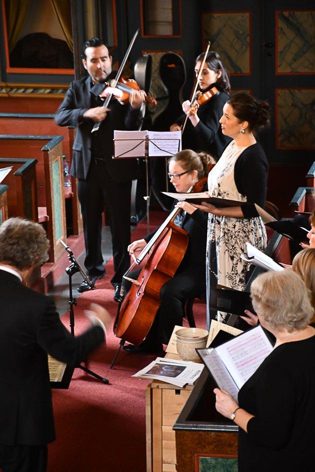 Sopranen Ingrid Vetlesen med Agder kammerkor, og strykere fra Kristiansand Symfoniorkester.