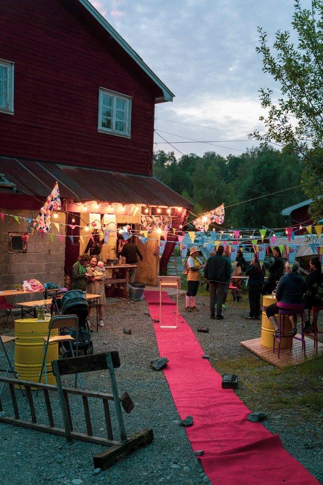 """Lerviks båtbyggeri ved elven Såna var gjort om til kinosal som viste premiere på filmen """"Why I Dance"""". Rød løper for gjestene, mat fra Roots and Culture, og nydelig dekor laget stemningen for kvelden."""
