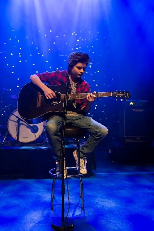Bjørn-Nicklas Myrvang imponerte med en låt på gitar han hadde laget selv. Foto: David Engmo.