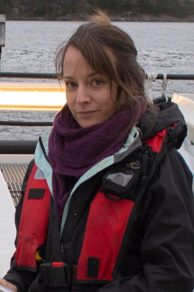 Zoolog og vitenskapelig rådgiver i Dyrevernalliansen, Susanna Lybæk på semilukket postsmoltanlegg for ørret.