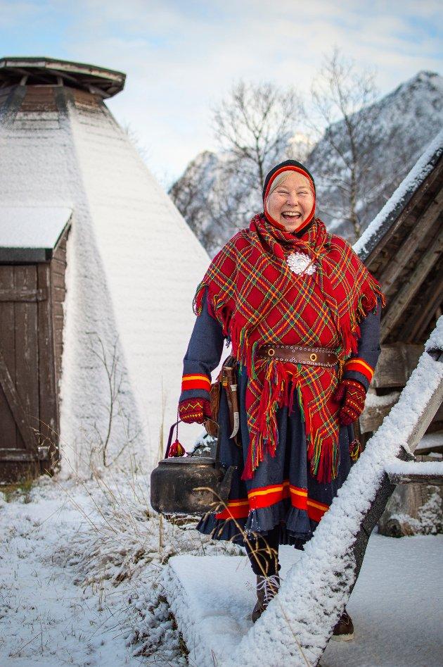 Laila Inga skriver: Meg på min arbeidsplass Inga Sami Siida på Sortland, der jeg bor og har denne reiselivsbedriften, og driver reindrift. Kofta er Sør-Troms/Ofoten gakti. Jeg er fra Skanit/ Skånland.