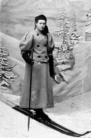 PIONER: Skihopper Gønner Stramrud F. Vold fra Furnes fotografert i 1895, i det som ser ut til å være et fotostudio. Forfatter Thor Gotaas skriver følgende i en e-post til Ringsaker Blad: – Gønner Vold vokste opp på garden Vold i Furnes i 1880- og 1890-åra, med fire skigående brødre. Johannes Vold ble nummer to i klasse B i Holmenkollen i 1902. To av brødrene drev også skifabrikk på hjembruket og lagde «Vold-ski», som var godt kjente på Østlandet omkring 1900. Rundt Vold lå det mange hoppbakker og garden var et samlingssted for skiløpere, opplyser Gotaas, og fortsetter: – Hun var den beste kvinnelige skihopperen på Hedmarken og godt kjent. I 1896 gikk hun og brødrene fra Furnes over mjøsisen til Gjøvik, og hoppet i et renn. De to yngste, Gønner og Birger, fortsatte tre mil til slektninger i Fluberg og var hos dem i åtte dager. De tok isvegen hjem. En liten hvil på noen mjølkespann var eneste hvil på den sju mil lange tilbakevegen