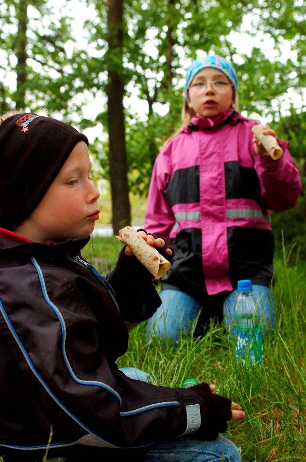 Slipp barna ut-karusellen: Simen og Ine Ørka spiste pølser på bygdetunet i 2007. Slipp barna ut karusellen