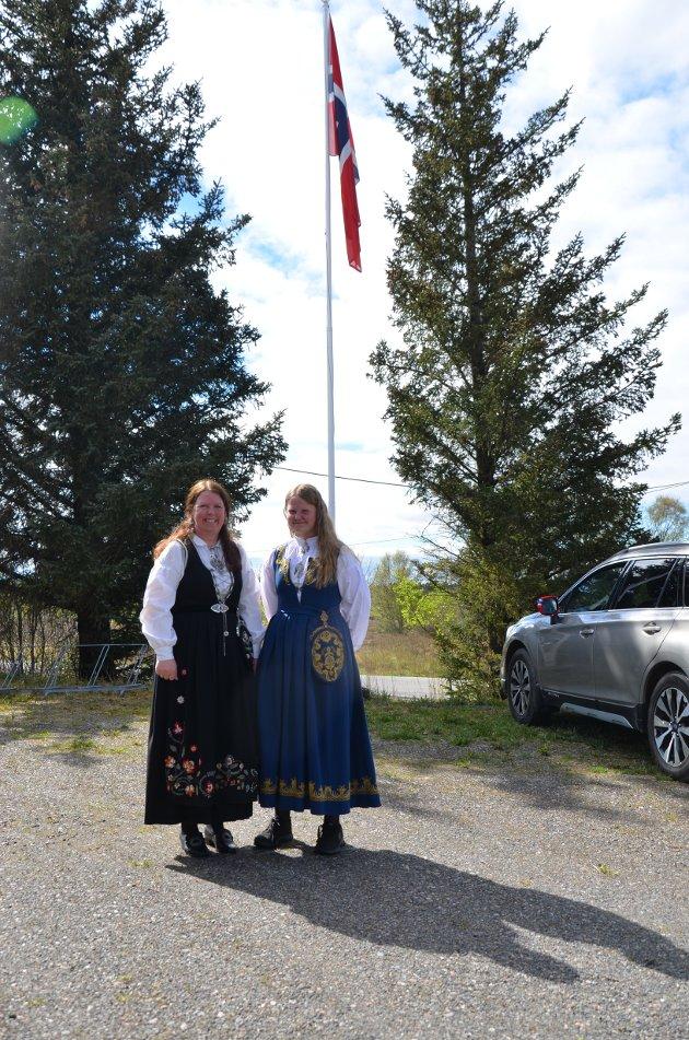 Flotte bunadsdamer på Frostadheia, Maryanne Våler Martinsen og Ida Martinsen.