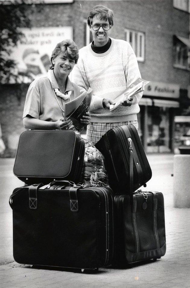 1990: Lokalavisen samarbeidet med Askim Reisebyrå om leserturer. På dette tidspunktet var ikke Jarle Bentzen redaktør, men journalist i Øvre Smaalenene. Her fotografert sammen med reisebyråets Karin Remøe.