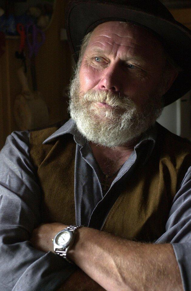 60 ÅR: I dag fyller «sheriffen» på Ringkollen 60 år. Kjell Johansen trives godt i hytten sin på Ringkollen. Her skal han bo og være sheriff i mange år til, lover han.  I dag fyller «Sheriffen» på Ringkollen 60 år. Den store dagen skal Kjell Johansen markere i stillhet, et sted langt utenfor bygrensen. - Nei, det forteller jeg ikke, svarer jubilanten på spørsmål om hvor han reiser for å feire bursdagen sin. - Nå setter jeg inn assistenten min, så reiser jeg av gårde, sier han med et smil. Dyreliv  Vi møter Johansen i hytta på Ringkollen. Her har han bodd de fire siste årene, og her har han tenkt å bo.   Vi setter oss ned ved kjøkkenbordet, og i øyekroken registrerer vi noe som beveger seg der ute.  På et fuglebrett utenfor kjøkkenvinduet sitter tre ekorn og spiser solsikkefrø. I et tre like nedenfor sitter det dompaper, kjøttmeiser og grønnfink og venter på tur. De er også sultne. - Det er fint å ha litt liv rundt seg, sier Johansen som har sett mye rart utenfor kjøkkenvinduet sitt.  Mang en morgen har han nesten satt kaffen i halsen. Ekorn som slåss og mus som hopper bukk over ekorn kan være svært god underholdning. (Tekst Christian Andersen)