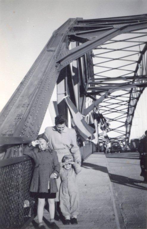 Jeg var tilstede under åpningen av Karmsund bro sammen med mine foreldre Ruth Holden (død) og Alf Holden (død) og lillebror Alf. Husker at det var stor stas å få være med på dette.  Lite visste vi den gang om hvor mye denne broa skulle bli brukt av vår familie. Bror min flyttet med kone og barn til Karmøy for ca 40 år siden og ble boende der.   Med vennlig hilsen Vigdis Holden