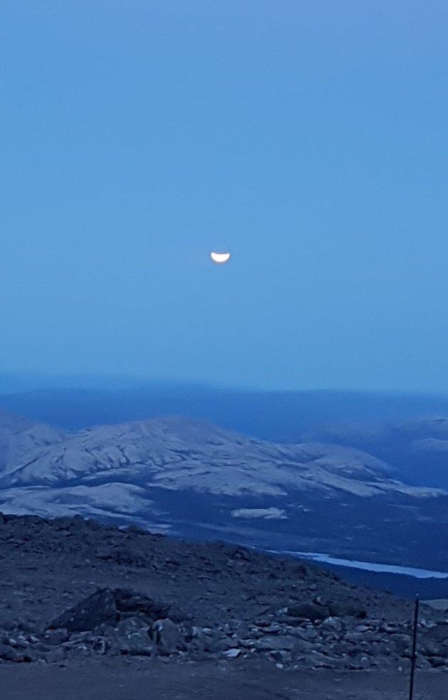 Astrid Pavenee Jenssen var opp i høyden da den delvise måneformørkelsen skjedde - bildet er tatt fra Tronfjell.