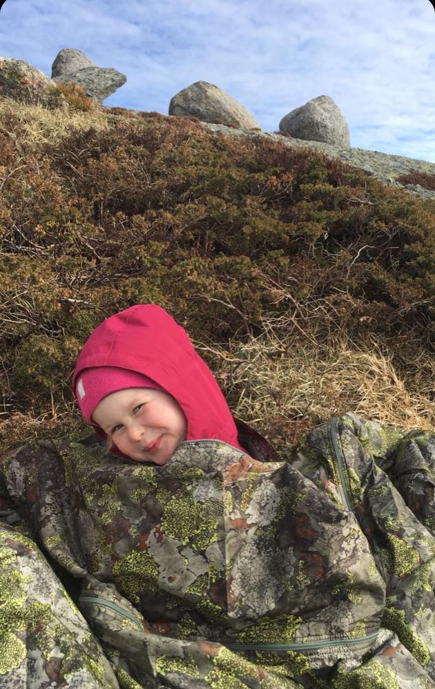 Pernille har pakka seg godt inn i jervenduken, på Nordfjell. Påske heima er ganske fint.  (Foto: Per Ivar Eide ).