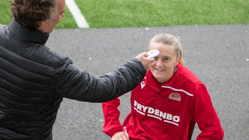 Maria Brochmann får sjekket temperaturen av klubblege Christian Redisch.