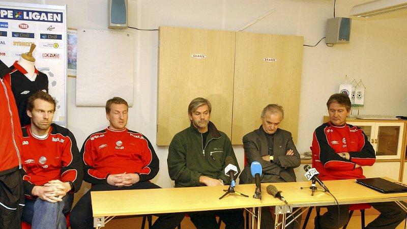 Kaptein Roy Wassberg, sportssjef Per-Ove Ludvigsen, Teitur Thordarson, daværende styreleder Magne Revheim og daværende daglig leder i Brann Bjørn Dahl på pressekonferansen etter 2002-sesongen der Thordarson fikk sparken som Brann-trener.