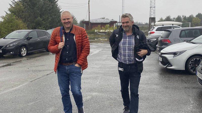 Mons Ivar Mjelde og Øygardens sportssjef Sjur Århus er på plass på Ågotnes for at spillerne skal få møte sin nye trener.