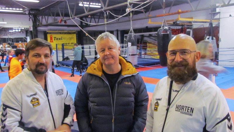 FORSTÅR BEHOVET: - Det er ingen tvil om at Horten Sportsklubb trenger oppgraderte – og varmere – treningslokaler, sier ordfører Are Karlsen i samtale med styreleder Vidar Markussen (til høyre) og sportslig leder Kenneth Bruun.