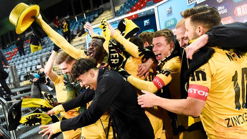 HATTEN AV: Sebastian Tounekti midt i gulljubelen til Bodø/Glimt-spillerne etter at serietittelen ble sikret sent søndag kveld.