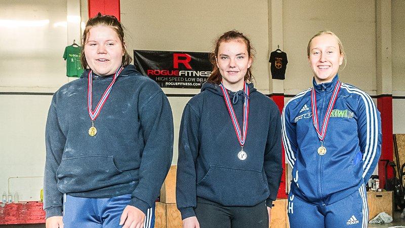 EDELT METALL: Gjøvik-løfterne Marthe Eklund (fra venstre), Madeleine Janeck og June Hansen tok alle edelt metall under regionmesterskapet i vektløfting.