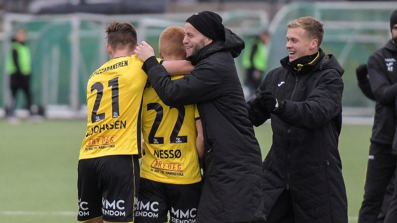Amund Møllerhagen (t.h.) jubler over Kristoffer Nessøs praktscoring mot Strømmen sammen med Lasse Berg Johnsen og reservekeeper Rino Lund Johnsen.