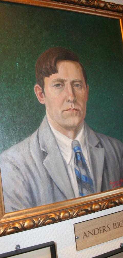 Kommet hjem: På bildet Anders Bjørgård sitt selvportrett. I biblioteket til Holtålen kommune er orginaltegninger og malerier montert nøyaktig opp av vaktmester Anders Heggseth.