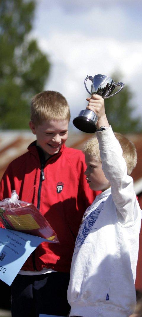 VADREPOKALEN: Fredrik (til venstre) og lillebror Morten Vikerhaug tok seieren hjem til Garderåsen.