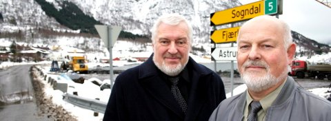 Åge Starheim (t.h.) og Jostein Kvalsvik i Frp meiner at samferdsleminister Liv Signe Navarsete har tapt kampen om krisepakkeandelar til Sogn og Fjordane.