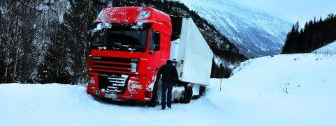 Sperret veien. Et russisk vogntog sperret veien i Junkerdal i slutten av november i fjor.