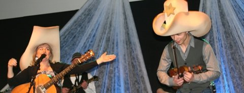 STOR STEMNING: Elisabeth Andreassen og Alexander Rybak sytte for stor stemning i Fedjehallen i kveld. Her i ein Dolly Parton låt.