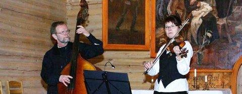 SVENSK I KIRKA: Duoen Grimtjuk, Carina Bergström og Robert Degerfalk hadde konsert i Susendal kirke fredag kveld. (Foto: Bjarne Haugen)