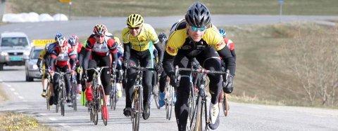 VANT LETT: Tom Eriksen (fremst), Mosjøen og Omegn Cycleklubb, vant som han ville da syklistene hadde vårslepp i Sandnessjøen lørdag. (Bilder: Inge Ove Tysnes)