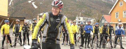 FELLESTRENING: I går kveld var det landeveisgruppa på 20 syklister som hadde fellestrening. Leder i Mosjøen og Omegn Cycleklubb, Jens Berget, regner med at alle stiller opp nå klubben arrangerer Vefsntråkket til helga. (Foto: Per Vikan)