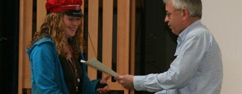 Kristen Daniel Eitrheim deler ut målprisen til Anna Gursli Langesæter på vegne av Odda Mållag.