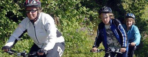 SYKKELRUNDE: Lørdag arrangeres Marka Rundt, og i fjor var det fint vær for deltakerne i den 16 kilometer lange løypa. Her er Arnhild Mæhre, Mats Luktvassli og Petter Mære Svendsen i gang med sin runde.  (Foto: Pål Leknes Hanssen)
