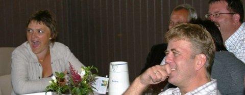 VIKTIG VÅPEN: Humor er eit viktig våpen i kvardagen, seier mellom anna Gulen-ordførar Trude Brosvik (til venstre) einingsleiar Morgan Taule i Lindås og prosjektleiar Helge Dyrkolbotn frå Austrheim (bakerst).