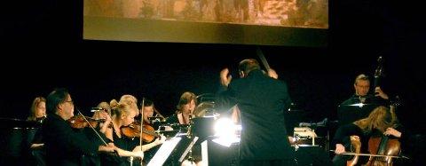 """VAKKERT: Helgeland Sinfonietta framførte det vakre verket """"Bilder fra en utstilling"""" i Mosjøen kulturhus i formiddag. (Foto: Eivind Biering-Strand)"""
