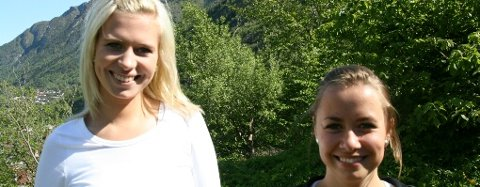Elise Winterthun t.v. og Brita Øvregård fekk kvar sin målpris utdelt under russefrukosten. Dei er gode ambassadørar for nynorsk og medvetne dialektbrukarar.