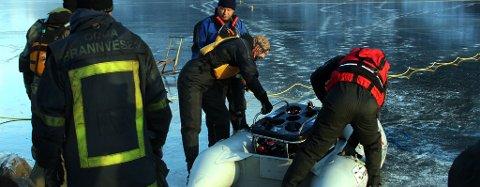 FANN DEN OMKONE. Miniutbåten vart frakta ut til funnstaden i ein gummibåt. Foto: Johs H. Sekse