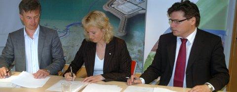 Kommersiell leder for gassalg i Statoil Morten Johan Nesvik (t.v.) signerer for Statoil mens direktør Gudrun Rollefsen og styrelder Bjørn Bjørgve i Barents Naturgass undertegner avtalen som gir tilgang til LNG fra Melkøya.