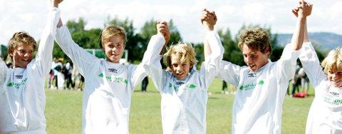 VILL JUBEL: Spillerne på samarbeidslaget fra Nes jublet hemningsløst da de ble klare for Norway Cup-finalen. Til venstre i bildet ser vi trener Bjørn Støkker.    FOTO: JEANETTE LANDFALD