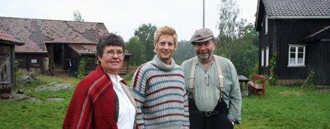 TYSK VERSJON? Kanskje blir det en tysk utgave av Farmen her i distriktet. Her ser vi programleder for den norske serien, Gaute Grøtta Grav, sammen med mentorene Hans Kristian Buer fra Marker og Åse Aasgaard fra Aremark. ARKIVFOTO