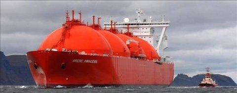Arctic Princess på vei mot Hammerfest onsdag formiddag, med Sørøya og Tarhalsen i bakgrunnen. Foto: Allan Klo