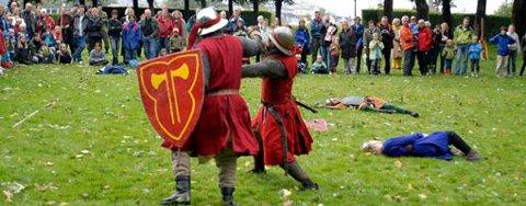 Kampoppvisning med Kongshirden 1260, samt prøving av middelalderutrystning og kastemaskin på Bergenhus i dag.
