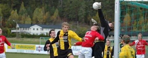 NÅDDE IKKE OPP: Åskollens keeper raget høyere enn Kristian Orvang, i en kamp der JIF slet tungt.