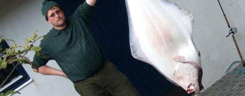 NY PERS! ¿ Kveita fikk så mange sultne og beundrende blikk, at den mørnet ekstra fort, sier Lars-Henrik Larsen. Som vannforsker har han ingen vansker med å legge storfangsten fra midt i Tromsøysundet på middagsbordet.
