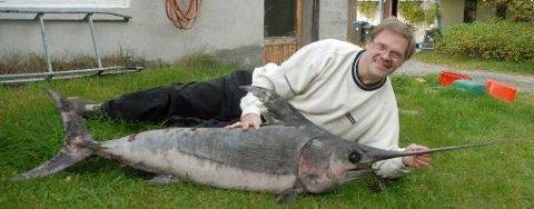 Atle Mathisen viser stolt fram fangsten, en kraftig plugg av en sverdfisk og en sjelden skapning på våre breddegrader.