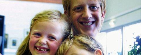 MORSOMT MED IDOL: Maria og David følger spent med på Idol hver onsdag og fredag og håper å se pappa Morten Remberg (34) synge. FOTO: LARS P. HALLINGSTORP