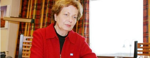 Hun er kledt i rødt for anledningen, ordfører Karin Gulbrandsen. Kanskje det skal symbolisere at røde Arbeiderpartiet overtar makta i Aurskog-Høland? Neppe...
