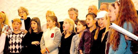 Elever fra Svolvær skole bidrar med Svolværsangen.