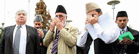 BØNN: Høytidelig åpning av årskonferansen. Fra venstre Harald Espelund, Norges leder Zartshat Munir Khan, og den norske imamen Shahid Mahmood. FOTO: TOM GUSTAVSEN
