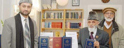 Representantene fra Islam Ahmadiyyat-muslimene i Norge formidler kunnskap om islam og Koranen. Fra venstre: Ch. Shahid Mahmood Kahloon, Imam og misjonær i Norge, Qazimunir Ahmad, leder Lørenskog avdeling Ahmadiyya muslim Jamaat i Norge, og Ch. Maqsood, utstillingsansvarlig.