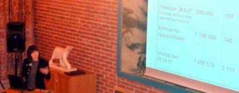 Utslippstillatelsen som setter begrensninger på utslipp av 200.000 tonn CO2 årlig, gjelder ikke før etter tredje driftsår. Her viser SFT-direktør Signe Nåmndal fram en oversikt som viser tillatelsen, estimat, og faktisk utslipp på to måneder. Foto: Bjørn Egil Jakobsen